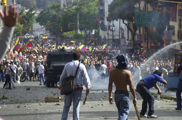 Sucesos del 11 de Abril, enfrentamientos en Puente Llaguno entre simpatizantes del oficialismo y de la oposición